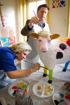 Dordts college schildert schapen voor het goede doel
