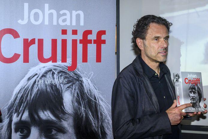 Schrijver Auke Kok met het eerste exemplaar van Johan Cruijff, de biografie.