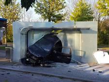 Twee gewonden:  auto vliegt door bushokje op Stappegoorweg Tilburg