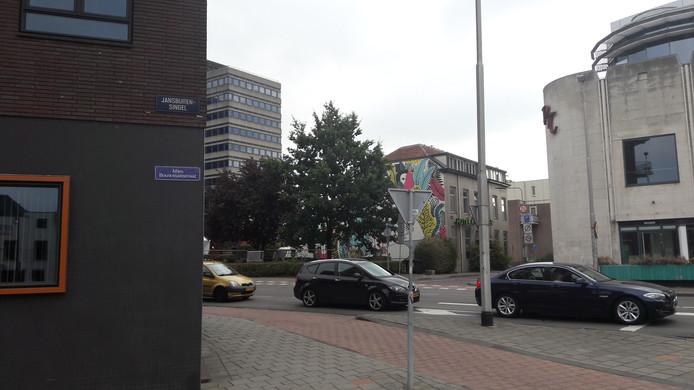 Op de hoek van de Jansbuitensingel en de Apeldoornseweg, vlakbij de voormalige Rembrandt-bioscoop, is een straatnaambordje met de naam van Mies Bouwman opgehangen.