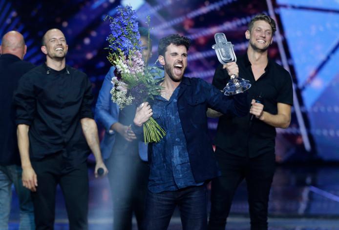 Duncan Laurence neemt de prijs in ontvangst als winnaar van het Songfestival 2019.