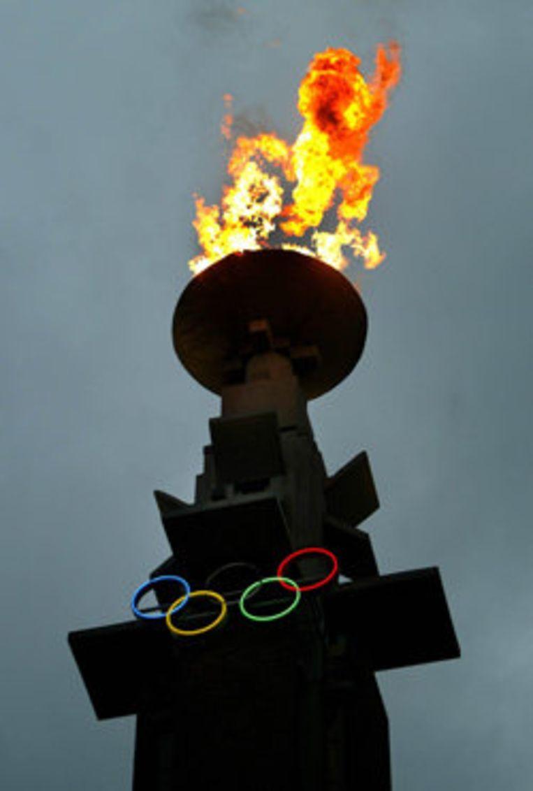 De olympische vlam brandt in de Marathontoren op het voorplein van het Olympisch Stadion. Foto ANP Beeld