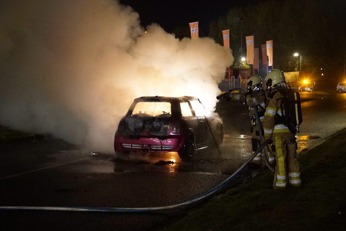 Auto vliegt in brand in Deventer