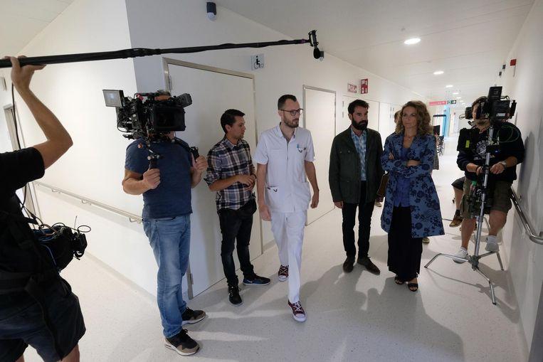 Verpleger Alex Tassier en de acteurs Ann Van den Broeck en Jeroen Van Dyck tijdens de opnames in het ziekenhuis.
