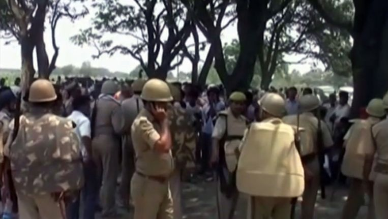 Politie nabij de plaats waar woensdag twee tienermeisjes opgeknoopt aan een boom werden aangetroffen.