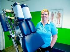 De kleren gaan gewoon uit in de behandelkamer van chiropractor Anne (46)