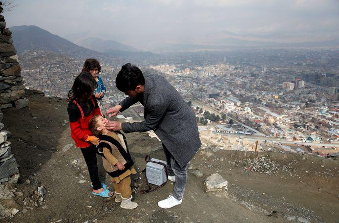 Een Afghaanse jongen wordt gevaccineerd tegen polio in het kader van een anti-poliocampagne in de hoofdstad Kaboel.
