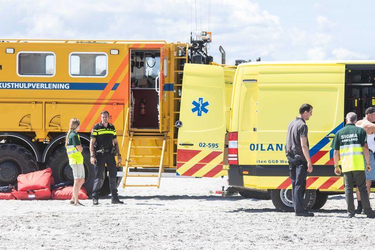Hulpdiensten op het strand van Ameland.  Beeld ANP