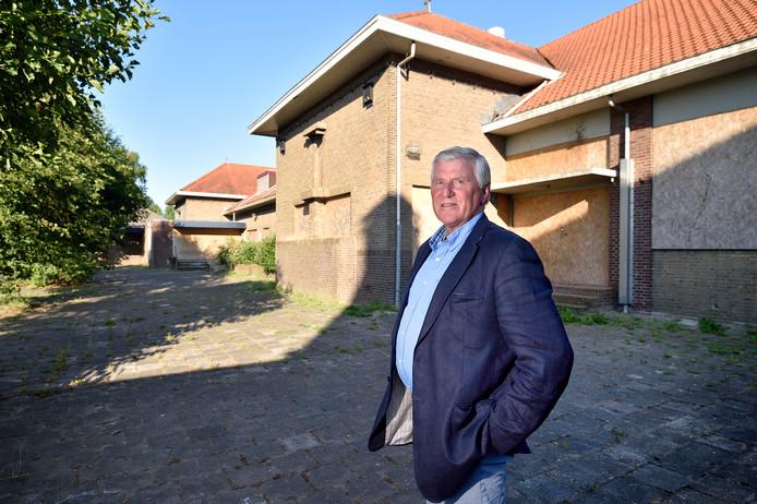 Ontwikkelaar en planeconoom Peter van Oosten bij de vroegere St. Jozefschool aan de Kanaalweg.
