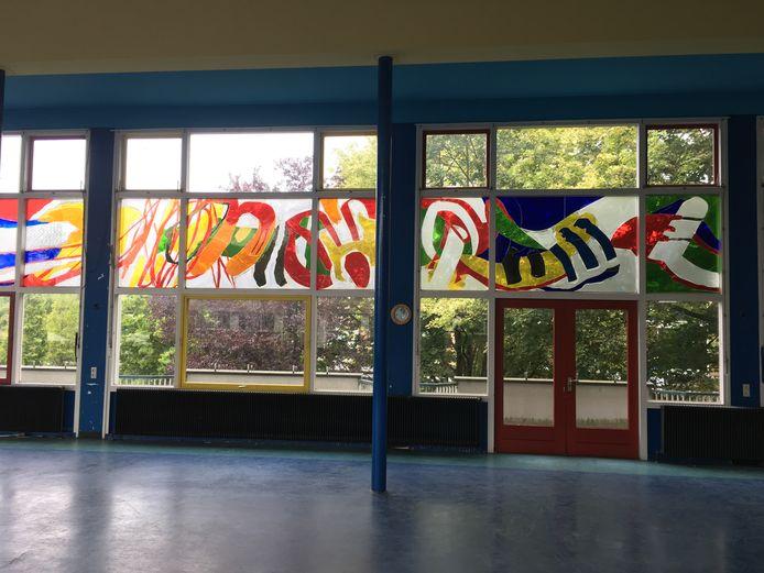 Het glaskunstwerk in de voorgevel van het Gilde College in Hengelo.
