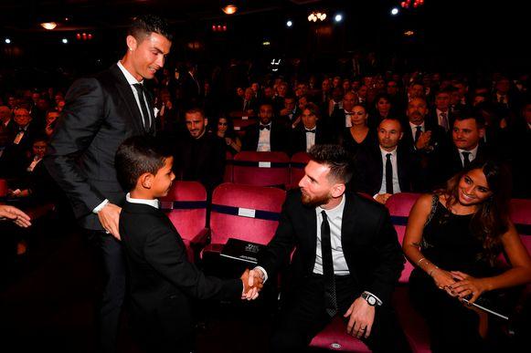 Oktober 2017 in Londen op de FIFA awards voor beste speler: Messi schudt Cristiano Jr. de hand.