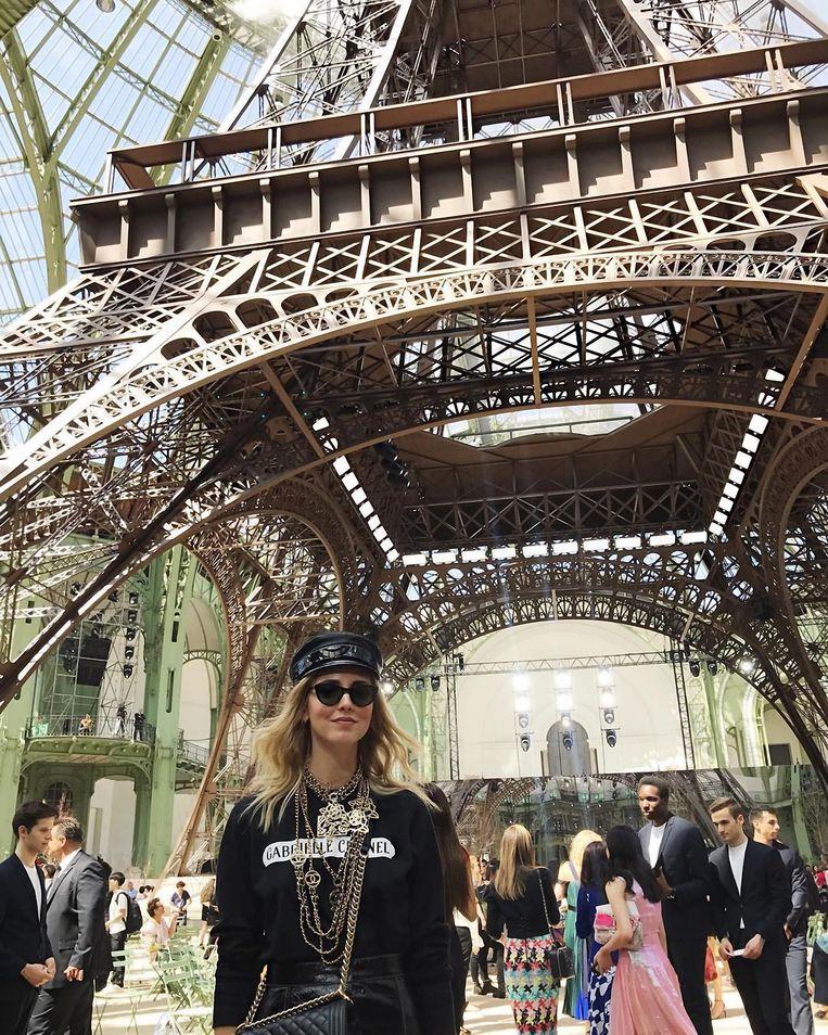 Chanel couture herfst-wintercollectie 2017/2018 met een miniatuurversie van de Eiffeltoren in Grand Palais.
