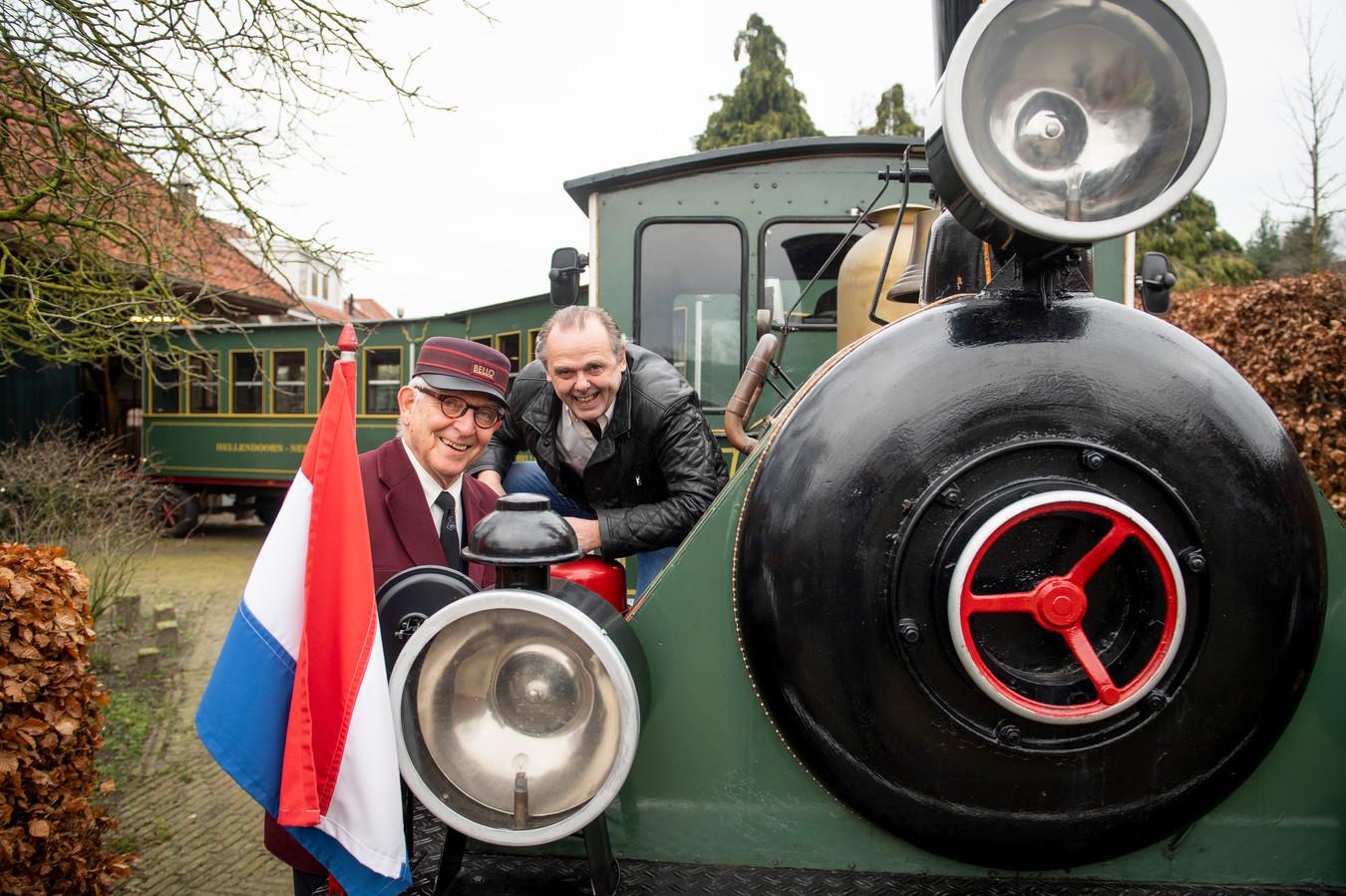 Piet van der Veer (links) en Bert Wagenaar met de jarige job, treintje Bello.