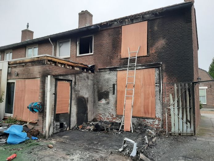 De brand ontstond aan de achterkant van het huis. Het is nauwelijk nog te zien dat er een veranda was. Het stel denkt dat de brand ontstond door kortsluiting in of bij de tv die daar stond.