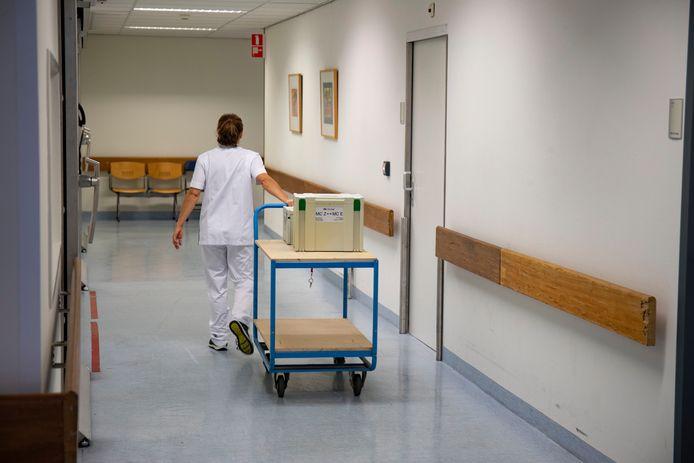Personeel aan het werk in het ziekenhuis in Lelystad.
