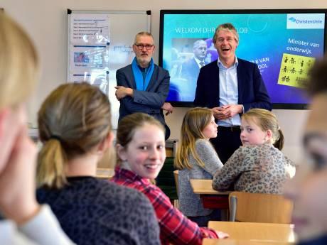 Minister Slob bezoekt school van zijn vader: 'Ik wilde zendeling worden'