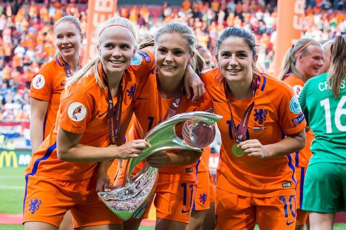 Kika van Es, Lieke Martens en Daniëlle van de Donk na de EK-zege in Enschede.