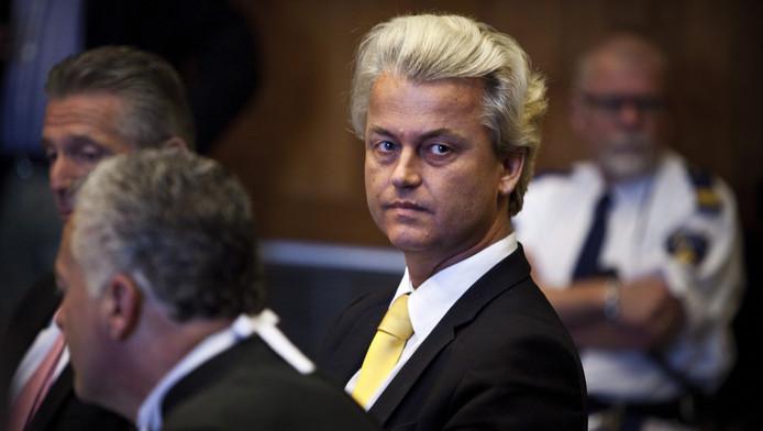 PVV-leider Geert Wilders in de Haagse rechtbank, op de voorgrond zijn advocaat Bram Moszkowicz