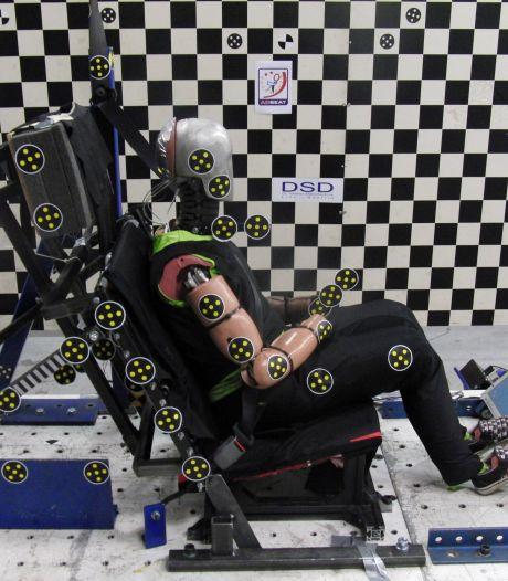 Als een ware crash test mummy bewoog ik wild mijn lijf heen en weer boven de wc