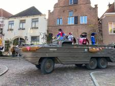 'Illegale' intocht van Sinterklaas in centrum Deventer: amfibievoertuig scheurt door binnenstad