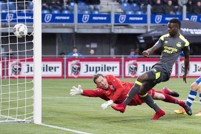 Nicolas Isimat-Mirin had vorig jaar onder meer een bijdrage aan de titel van PSV door bij PEC Zwolle in extremis de winnende goal binnen te werken.