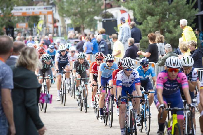 Verkeersregelaars houden het publiek tegen als de wielrensters weer door de Grotestraat in Nijverdal denderen.