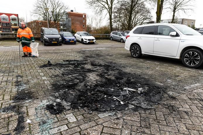 Een van de parkeerplaatsen in Waddinxveen waar vannacht een autobrand was.