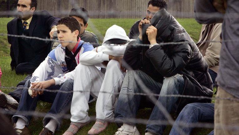 Een aantal van de groep van 350 Marokkaanse Nederlanders verhullen hun gezicht als ze luisteren naar het verhaal van een kampoverlevende bij hun bezoek aan Kamp Westerbork. Er is weinig bekend over de militaire rol die Marokkanen hebben gespeeld tijdens de Tweede Wereldoorlog en over hun bijdrage aan de bevrijding van Nederland. (archief, 2005) Beeld ANP