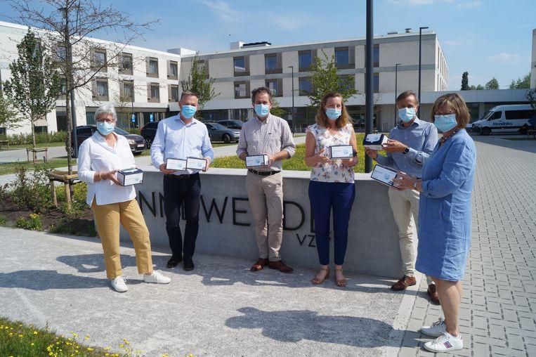 Serviceclub Rotary Mandeldal en verpakkingsbedrijf Ducaju schonken de eerste mondmaskers van Meulebeekse makelij aan wzc Zonnewende.