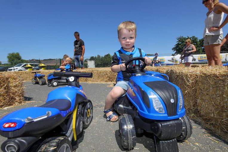 De kinderen konden een parcours afleggen op blauw-zwarte tractoren en motoren.