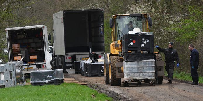Een tijd geleden werd in Overberg een drugslab gevonden, dat door de politie in tientallen vrachtwagens werd afgevoerd. Donderdag vond de politie in Overberg weer een een loods met drugs en wapens.