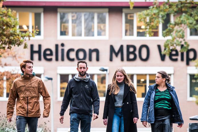 Noud de Jong, Troy Corsen, Marleen van Eck en Emmy Brinker voor het Helicon in Velp.