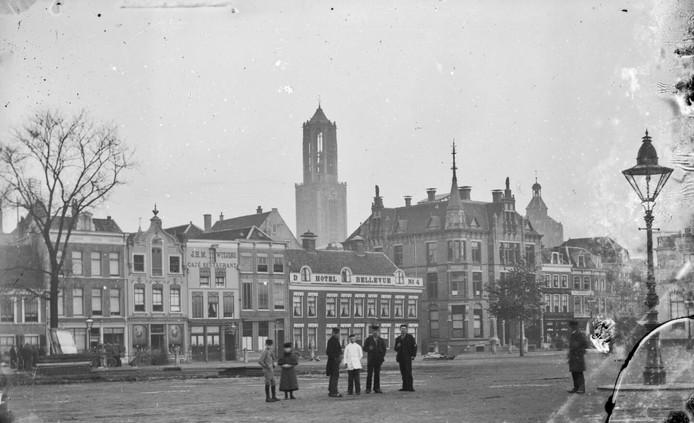 Vredenburgplein met torentje rechts voor de ingang van de Drieharingstraat ergens tussen 1895 en 1910.