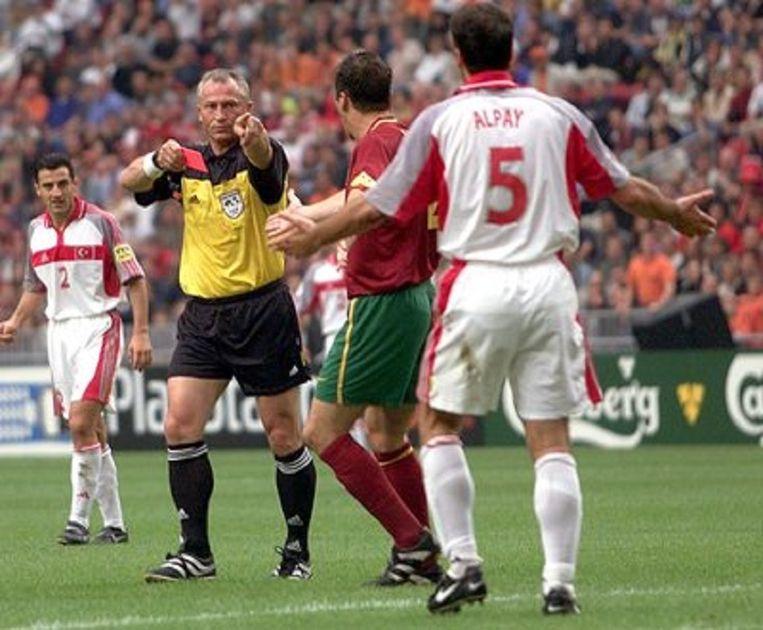 Dick Jol in actie tijdens de kwartfinale Turkije - Portugal op EURO 2000. Hij trekt de rode kaart voor Alpay Özalan. Beeld epa