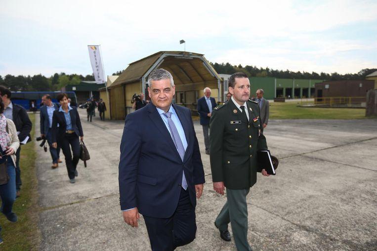 Minister Steven Vandeput bezoekt de kazerne in Zutendaal. Op de achtergrond zien we opslagloodsen die het Amerikaanse leger wil gebruiken om militaire voertuigen te plaatsen.