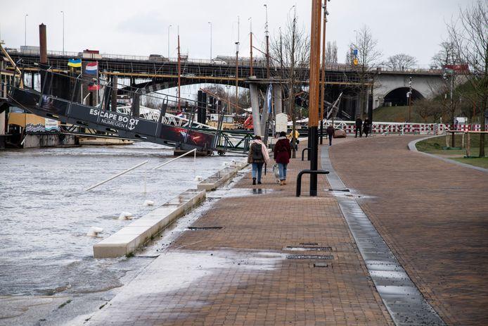 Hoogwater in de Waal; het water klotst op de Waalkade in Nijmegen.