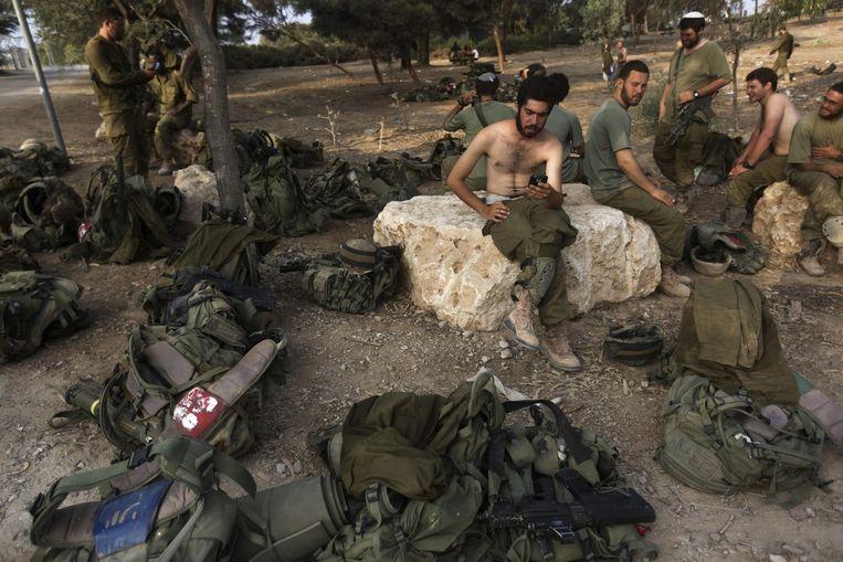 Israëlische soldaten bereiden zich voor op terugtrekking uit Gaza nadat een bestand is overeengekomen. Beeld epa