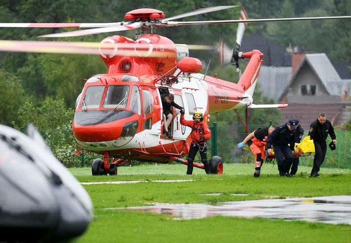 Reddingshelikopters vervoeren de eerste slachtoffers naar de vallei.