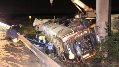 Melkwagen belandt in gracht naast E34: vrachtwagenchauffeur zwaargewond