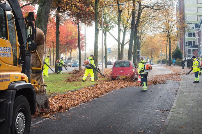 Medewerkers van de Dar aan het werk in de Canisiussingel in Nijmegen.