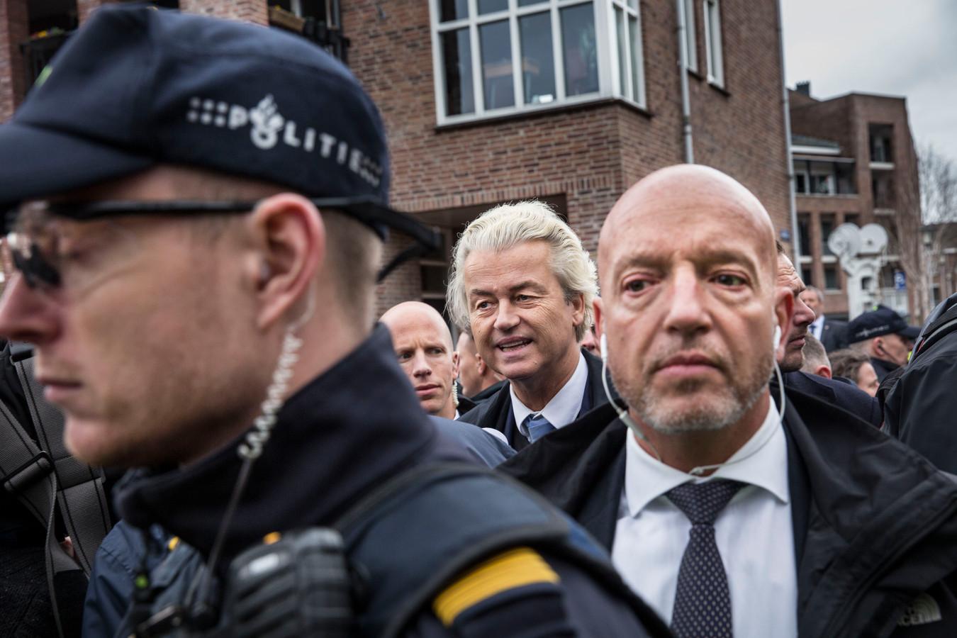 Wilders tijdens een bezoek aan de markt in Spijkenisse, in aanloop naar de Provinciale Statenverkiezingen. Een van zijn beveiligers bleek te loslippig over de maatregelen die rond de beveiliging van de PVV-leider worden getroffen.