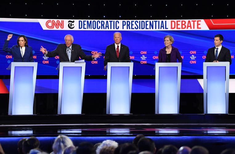 De Democratische kandidaten van links naar rechts: senator Kamala Harris, senator Bernie Sanders, voormalig vocepresident Joe Biden, senator Elizabeth Warren en burgemeester van South Bend, Indiana Pete Buttigieg.  Beeld AFP