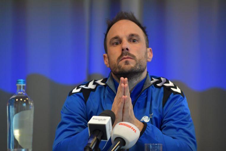 Coach Emmanuel Mayonnade tijdens een persconferentie voordat de handbaldames naar Japan vertrekken voor het WK. Beeld null