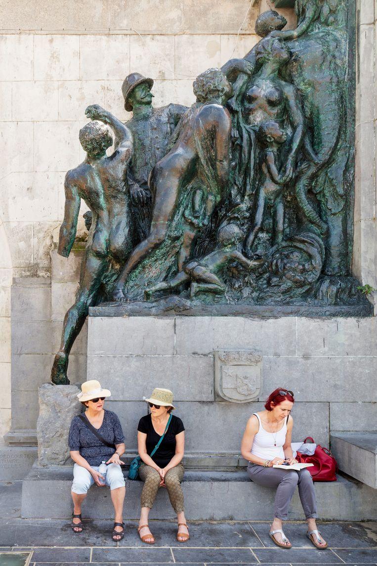 Standbeeld van Leopold II; activisten hebben van een slaaf een hand verwijderd.  Beeld null