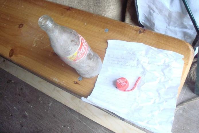 Een colafles uit 1994 met briefje erin die in een opening werd gevonden.