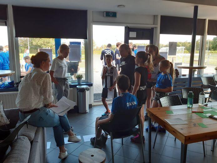 De jeugdspelers van korfbalclub ADO hielden hun eigen ledenvergadering