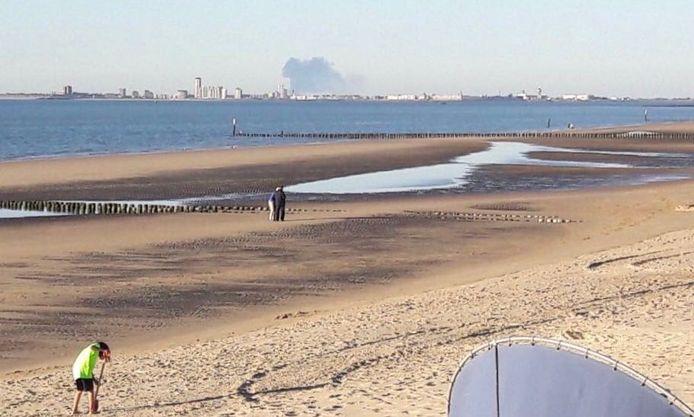 De brand in Zierikzee, gezien vanaf het strand in Groede.