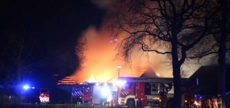 Uitslaande schuurbrand in Holten door in brand gevlogen tractor