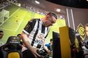 Bryan Hessing schreeuwt het uit na een doelpunt in computergame FIFA. Het bleek niet genoeg: de tukker verloor de finale van de eDivisie