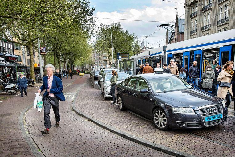 Taxi's op het Amsterdamse Leidseplein. Beeld Guus Dubbelman / de Volkskrant